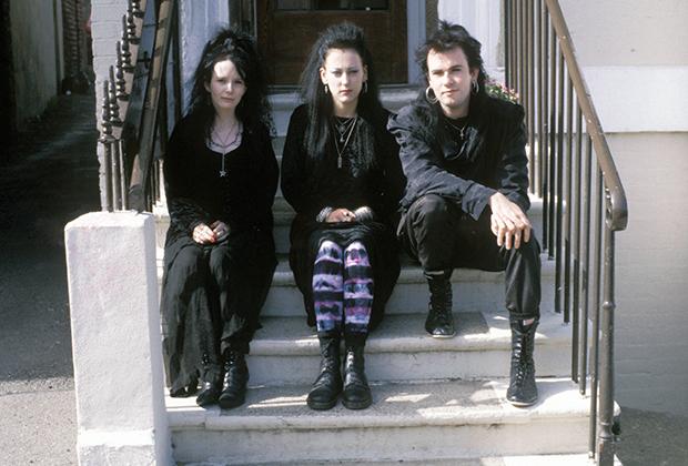 Трое готов сидят на крыльце дома в Уитби, что в британском Йоркшире. Фото сделано в 1992 году, когда готическая субкультура переживала второе рождение, выходя за рамки одного музыкального жанра.
